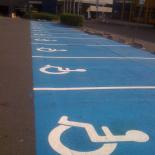 stationnement_reserve_aux_handicapes_et-panneau_routier