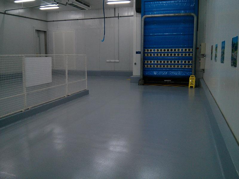 Un intérieur d'entrepot après pose de résine industrielle